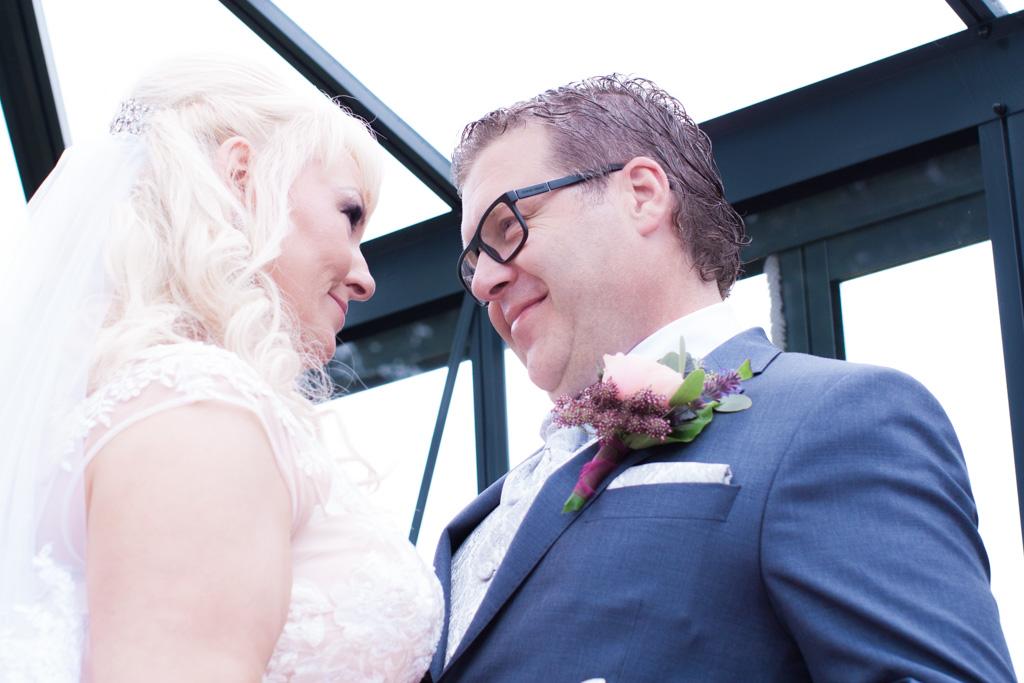 Ett sommarbröllop vid havet och ett charmigt brudpar!- Första blicken brud och brudgum! | www.photobymjse.se