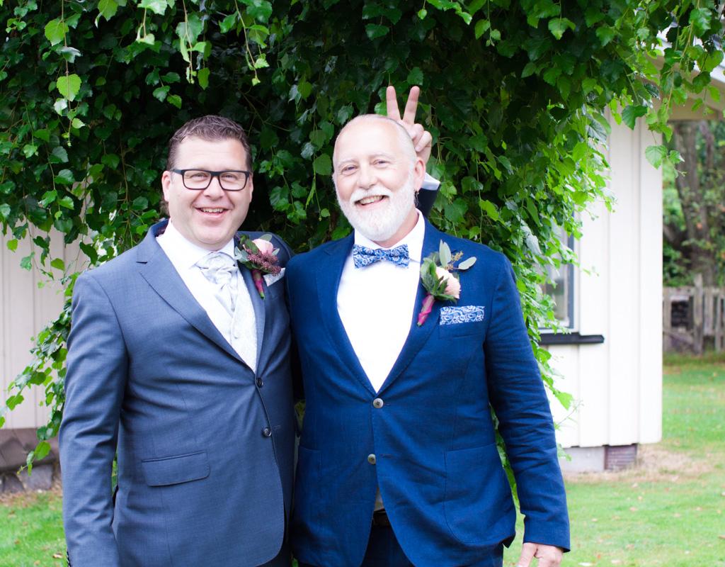 Ett sommarbröllop vid havet och ett charmigt brudpar!- Brudgum med best man! | www.photobymjse.se
