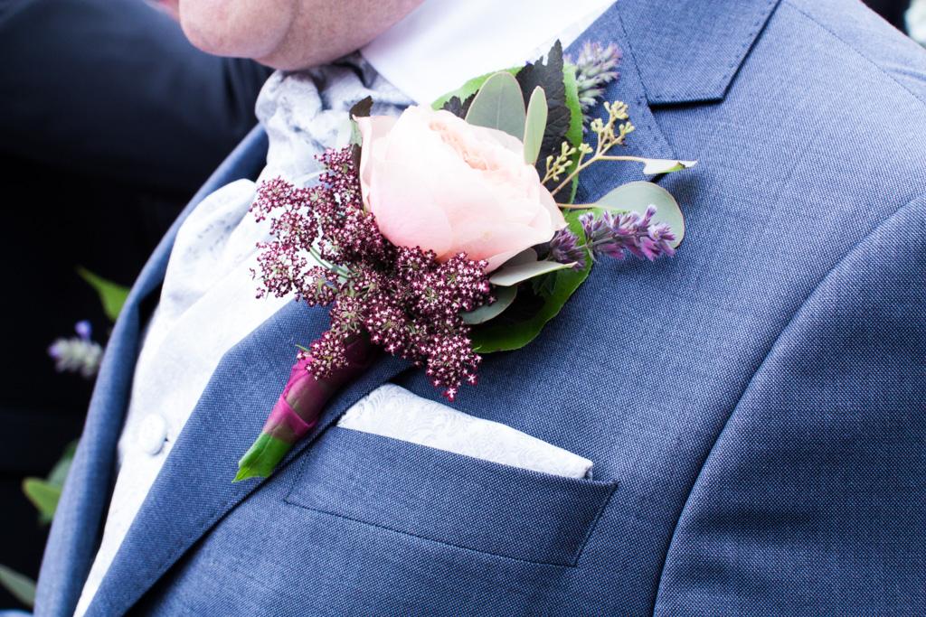 Ett sommarbröllop vid havet och ett charmigt brudpar!- Vacker corsage till brudgummen! | www.photobymjse.se