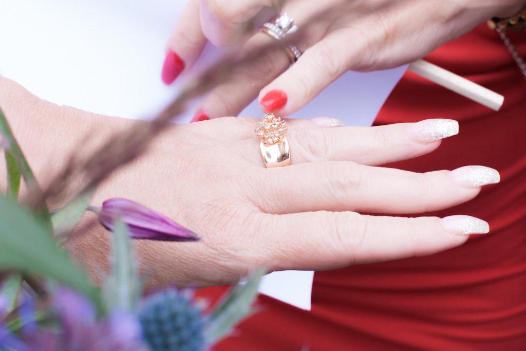 Ett sommarbröllop vid havet och ett charmigt brudpar!- Vigselringen beundras! | www.photobymjse.se