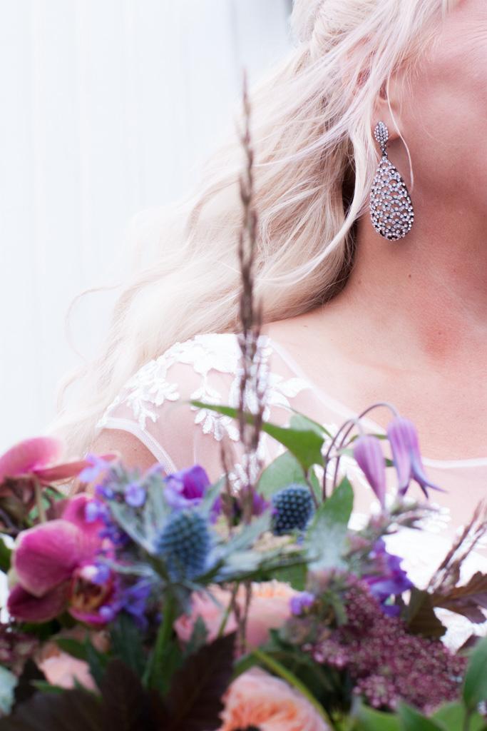 Ett sommarbröllop vid havet och ett charmigt brudpar!- Brudens accessoarer i närbild! | www.photobymj.se