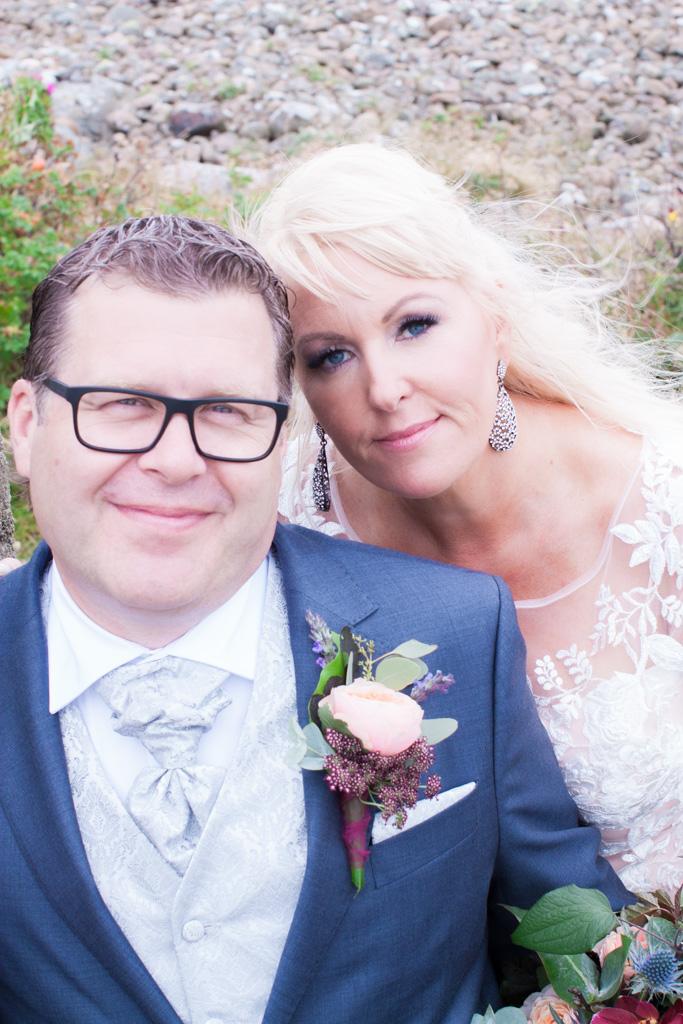 Ett sommarbröllop vid havet och ett charmigt brudpar!- Vackra porträtt på brudparet | www.photobymj.se