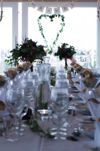 Ett sommarbröllop vid havet och ett charmigt brudpar!- Bröllopsdukning! | www.photobymjse.se