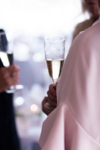 Ett sommarbröllop vid havet och ett charmigt brudpar!- Mingel vid brudskålen! | www.photobymjse.se