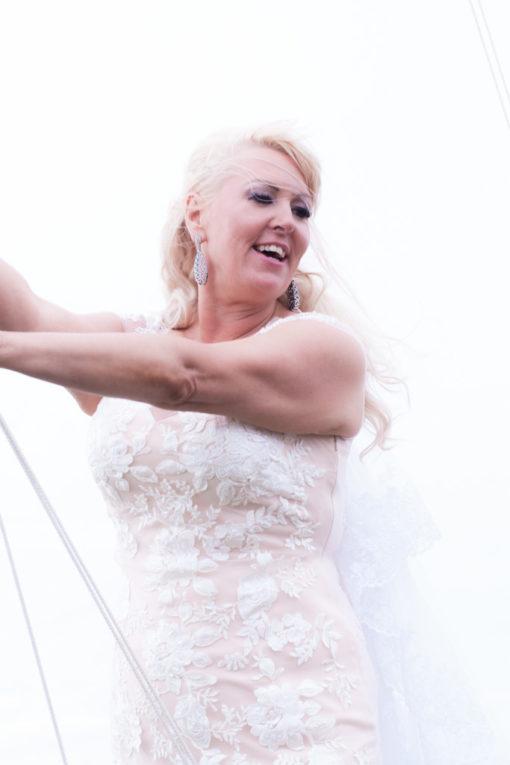 Ett sommarbröllop vid havet och ett charmigt brudpar!- Porträtt av bruden! | www.photobymj.se