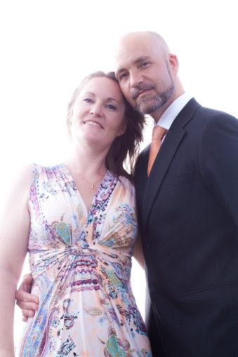 Ett sommarbröllop vid havet och ett charmigt brudpar!- Portätt med tärnan och hennes man! | www.photobymj.se