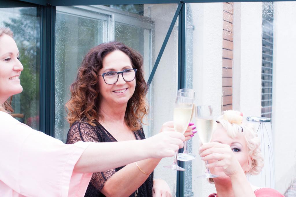Ett charmigt brudpar och ett sommarbröllop vid havet- Champagne för bruden och tärnorna! | www.photobymjse.se