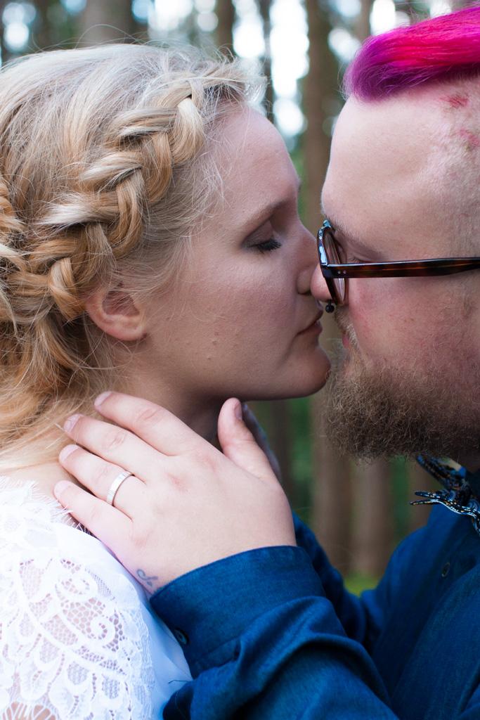 Jag har fotat en Älva och en Rockstjärna i skogen!- Porträtt brud och brudgum! | photobymj.se