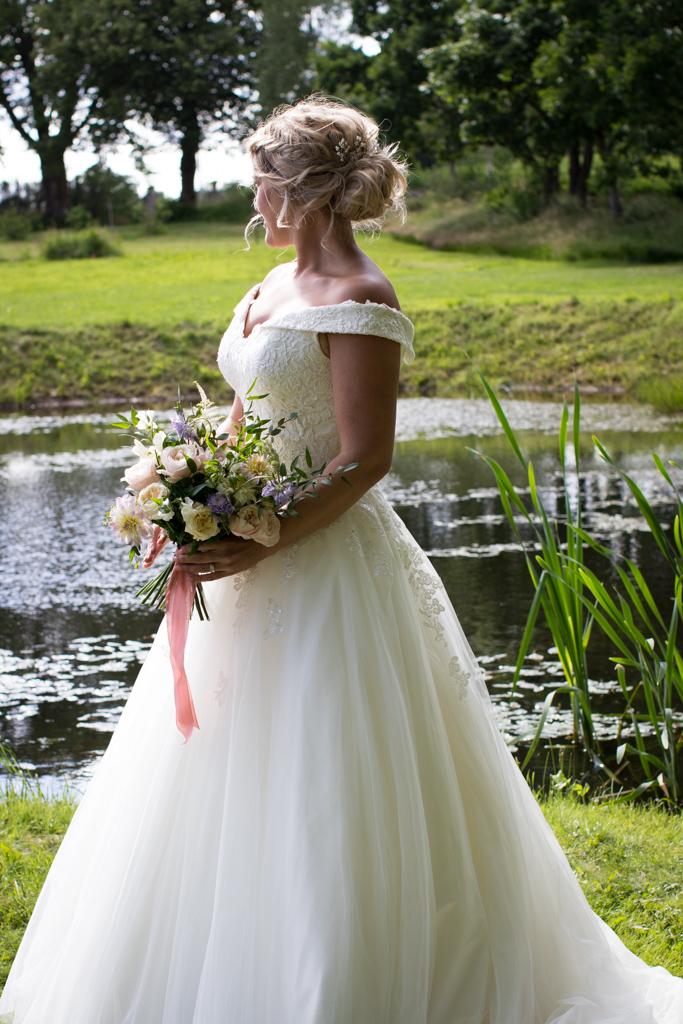Grön Fotografering - Brudporträtt vid dammen | photobymj.se