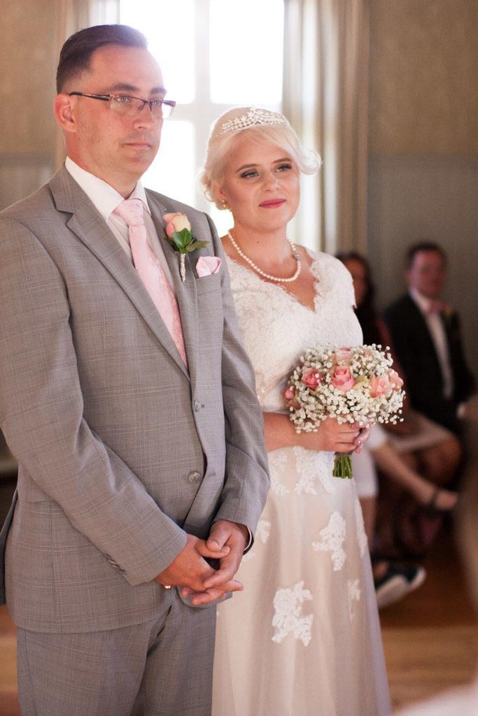 En bröllopsfotografering i Smålands djupa skogar!- Vigselakten i kyrkan!   www.photobymj.se