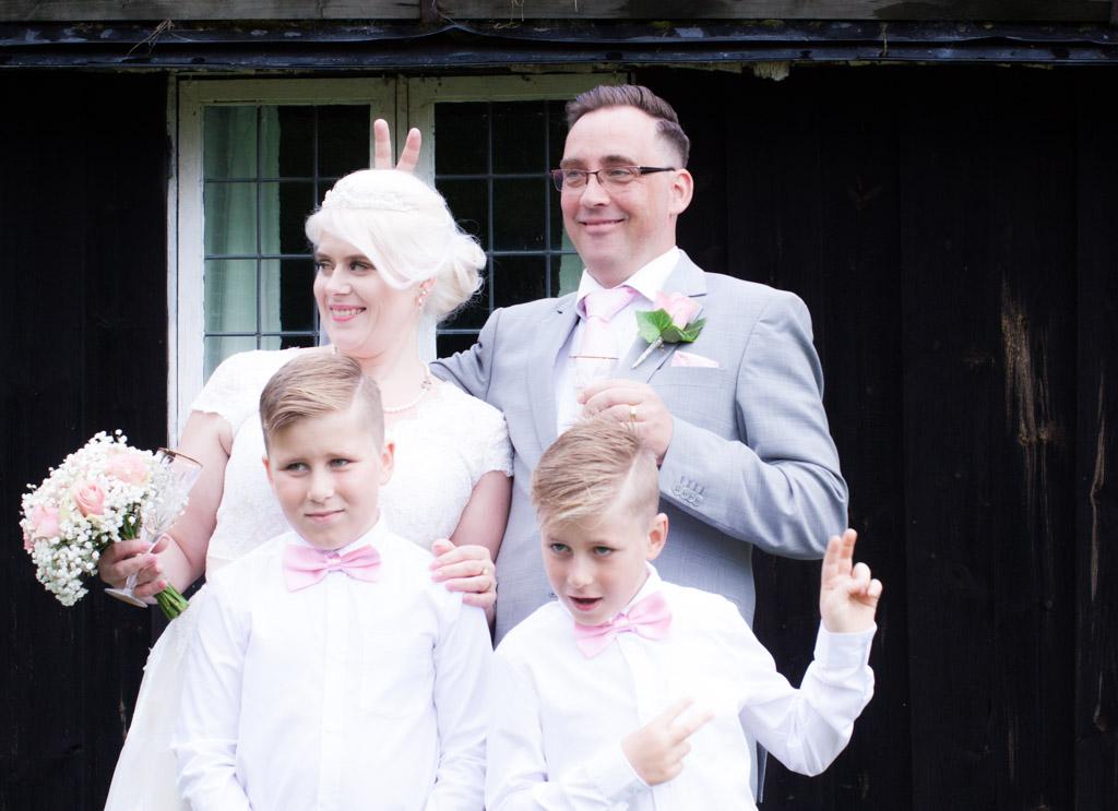 En bröllopsfotografering i Smålands djupa skogar!- Familjeporträtt efter vigseln!   www.photobymj.se