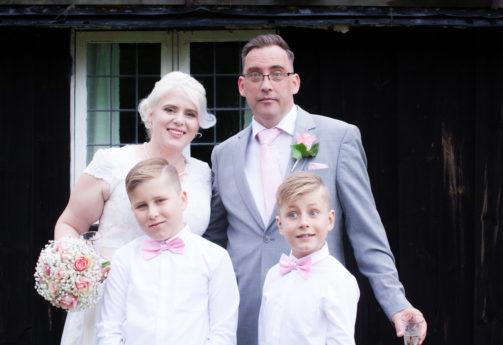 En bröllopsfotografering i Smålands djupa skogar!- Porträtt brudparet med familj   www.photobymj.se