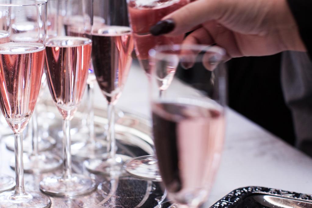 En bröllopsfotografering i Smålands djupa skogar!- Brudskålsmingel med rosa bubbel!   www.photobymj.se