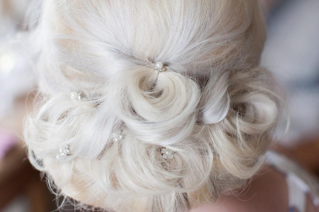 En bröllopsfotografering i Smålands djupa skogar!- Vackra hårsmycken i brudfrisyren är en underbar bröllopsdetalj! | www.photobymj.se