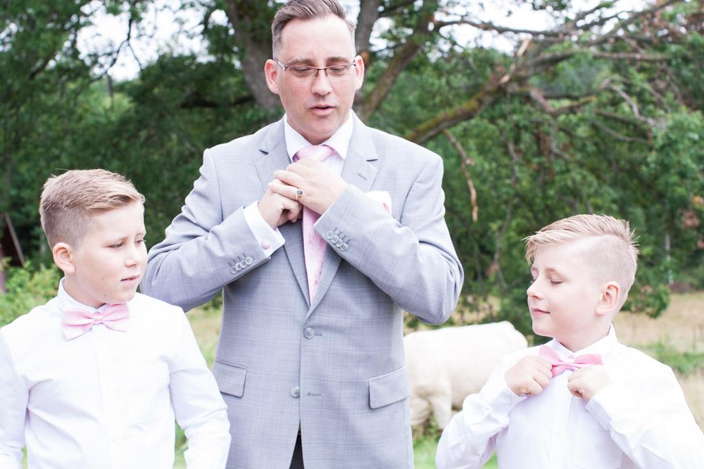 En bröllopsfotografering i Smålands djupa skogar!- Barn på bröllop - förberedelser!   www.photobymj.se