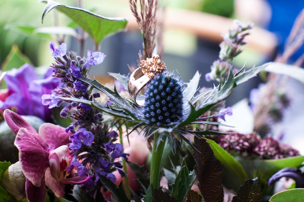 Ett charmigt brudpar och ett sommarbröllop vid havet- Vigselringen i brudbuketten! | www.photobymjse.se