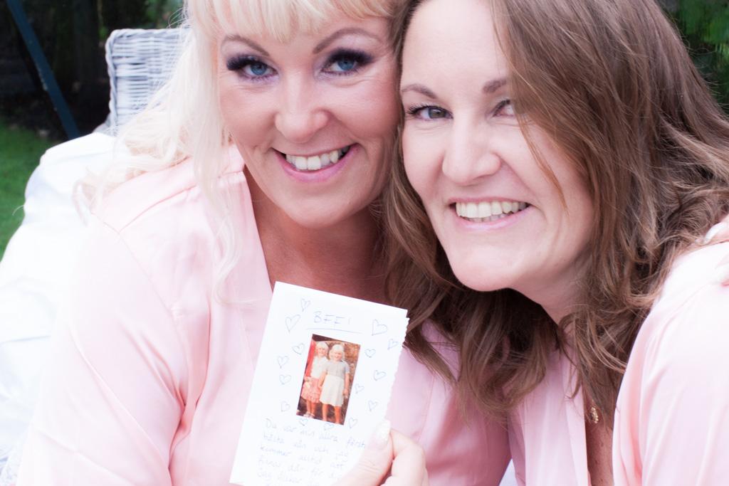 Ett charmigt brudpar och ett sommarbröllop vid havet- Brud och tärna sida vid sida! | www.photobymjse.se