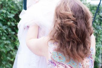 Ett charmigt brudpar och ett sommarbröllop vid havet- Förberedelser bruden får hjälp av tärnan | www.photobymjse.se