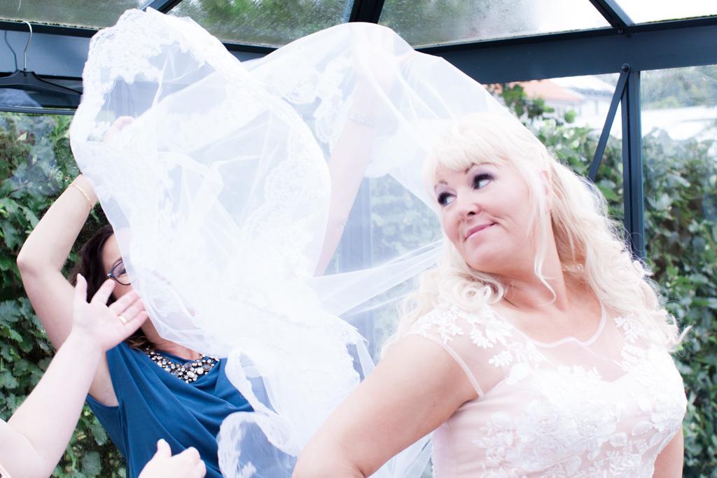 Ett charmigt brudpar och ett sommarbröllop vid havet- Brudens slöja förberedelser! | www.photobymjse.se