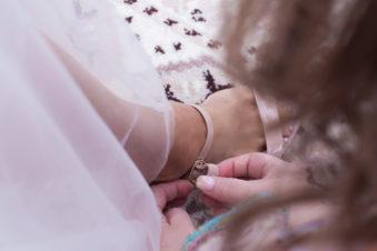 Ett charmigt brudpar och ett sommarbröllop vid havet- Brudens skor förberedelser! | www.photobymjse.se
