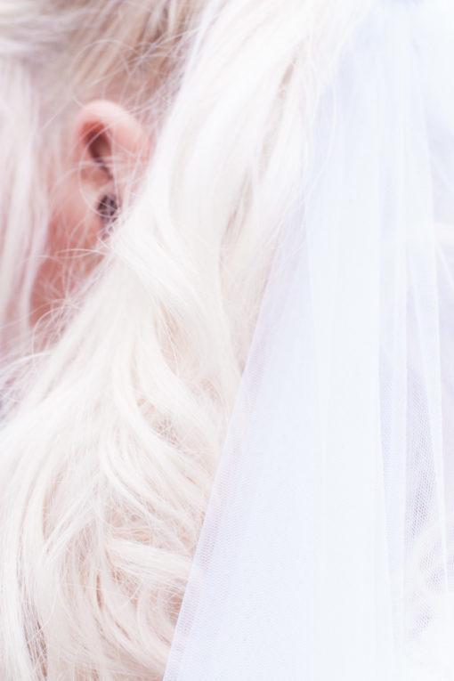 Ett sommarbröllop vid havet och ett charmigt brudpar!- Brudens hår och slöja! | www.photobymjse.se
