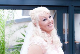 Ett charmigt brudpar och ett sommarbröllop vid havet- Bruden i väntan på brudgummen! | www.photobymjse.se