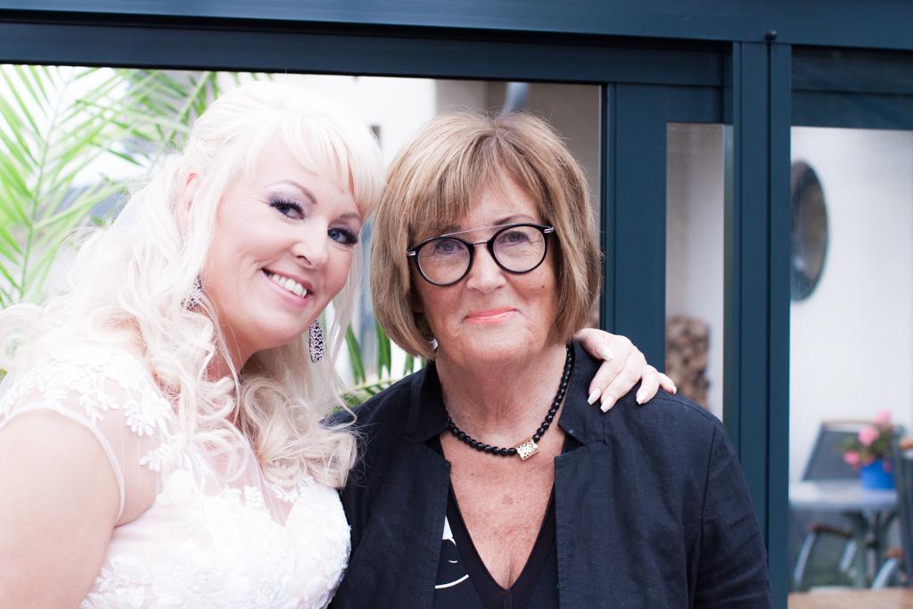 Ett charmigt brudpar och ett sommarbröllop vid havet- Bruden och brudgummens moster tillsammans! | www.photobymjse.se
