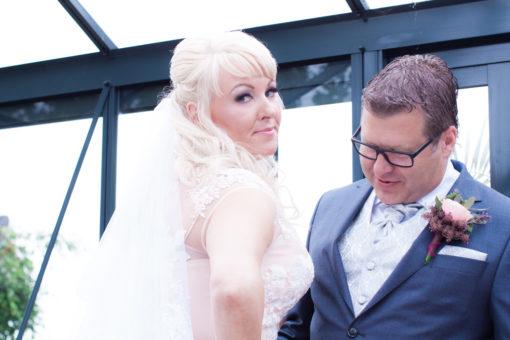 Ett sommarbröllop vid havet och ett charmigt brudpar!- Brudgummen och bruden första blicken! | www.photobymjse.se