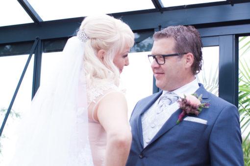 Ett sommarbröllop vid havet och ett charmigt brudpar!- Brud och brudgum första blicken! | www.photobymjse.se