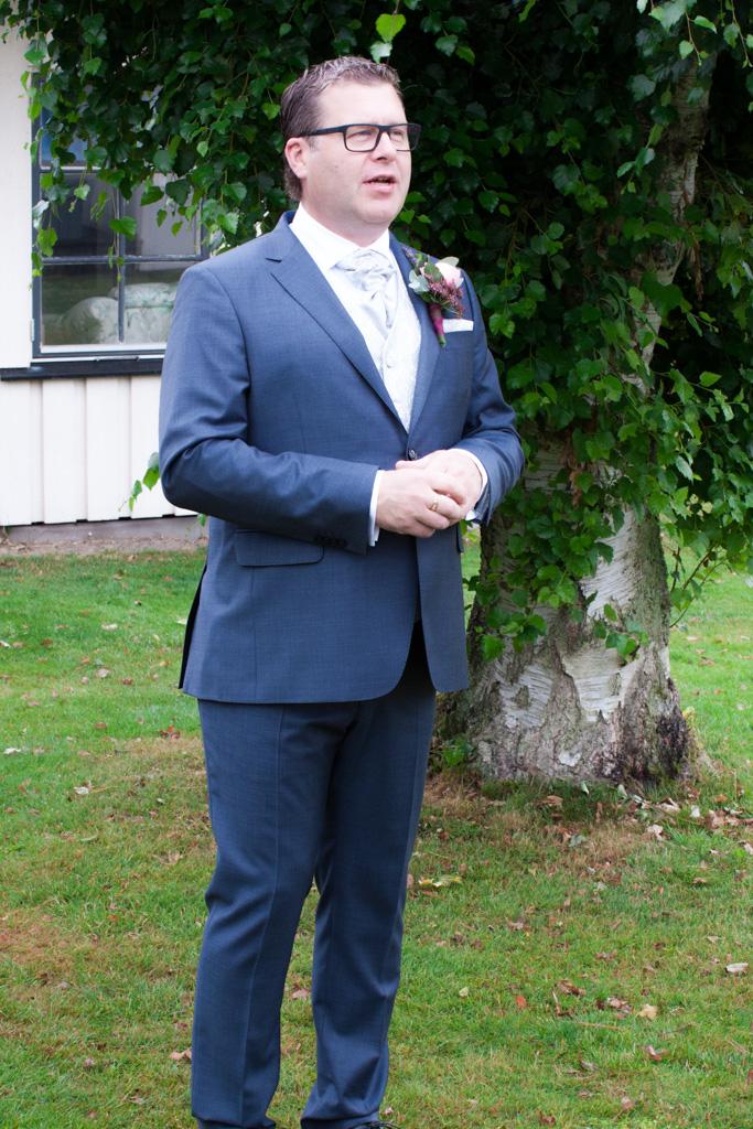 Ett sommarbröllop vid havet och ett charmigt brudpar!- Brudgummen i väntan på bruden! | www.photobymjse.se