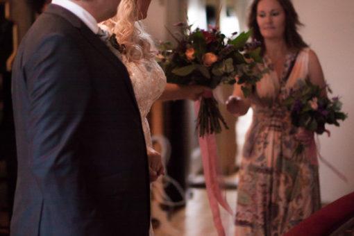 Ett sommarbröllop vid havet och ett charmigt brudpar!- Brudbuketten lämnas till tärnan under vigselakten | www.photobymjse.se