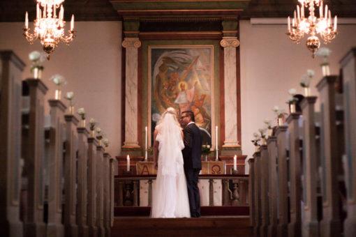 Ett sommarbröllop vid havet och ett charmigt brudpar!- Altargången | www.photobymj.se