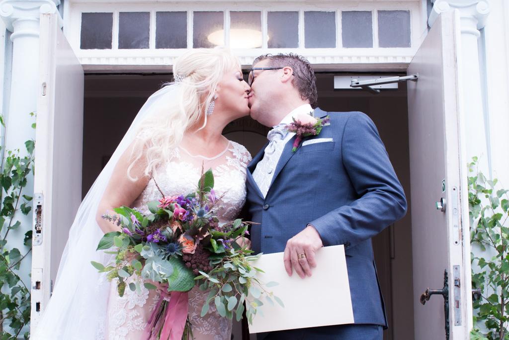 Ett sommarbröllop vid havet och ett charmigt brudpar!- Första kyssen på kyrktrappan! | www.photobymjse.se