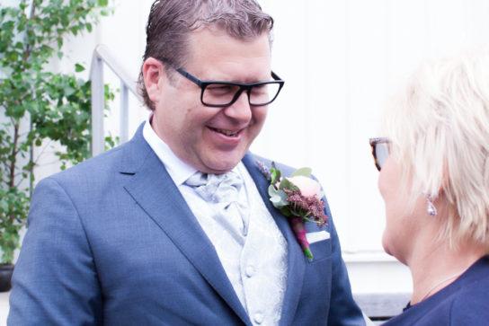 Ett sommarbröllop vid havet och ett charmigt brudpar!- Gratulationer på kyrktrappan! | www.photobymjse.se