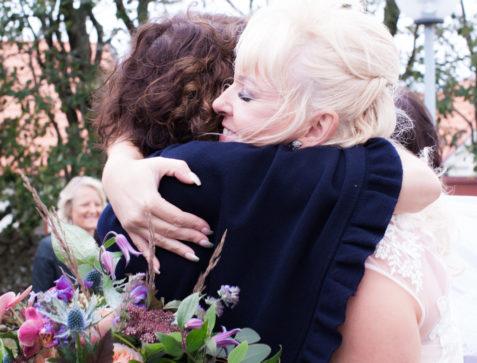 Ett sommarbröllop vid havet och ett charmigt brudpar!- Kramar på kyrktrappan! | www.photobymjse.se