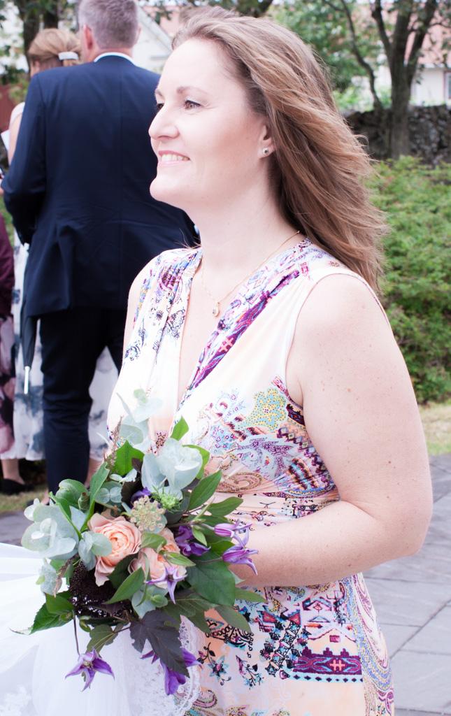 Ett sommarbröllop vid havet och ett charmigt brudpar!- Tärnan utanför kyrkan! | www.photobymjse.se
