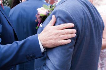 Ett sommarbröllop vid havet och ett charmigt brudpar!- Gratulationer på kyrktrappan | www.photobymj.se
