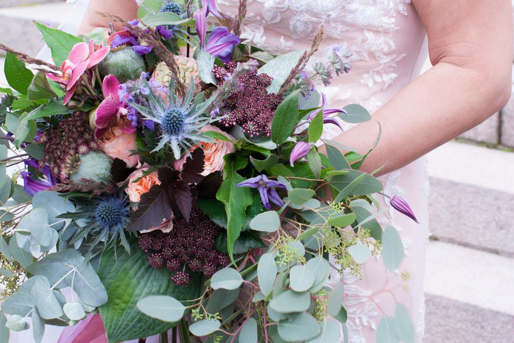 Ett sommarbröllop vid havet och ett charmigt brudpar!- En vacker brudbukett | www.photobymj.se