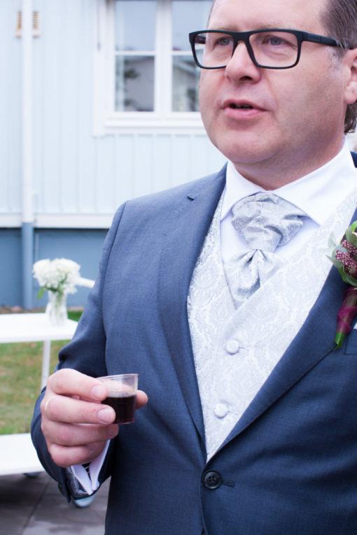 Ett sommarbröllop vid havet och ett charmigt brudpar!- Brudgummen får något värmande innanför västen! | www.photobymjse.se