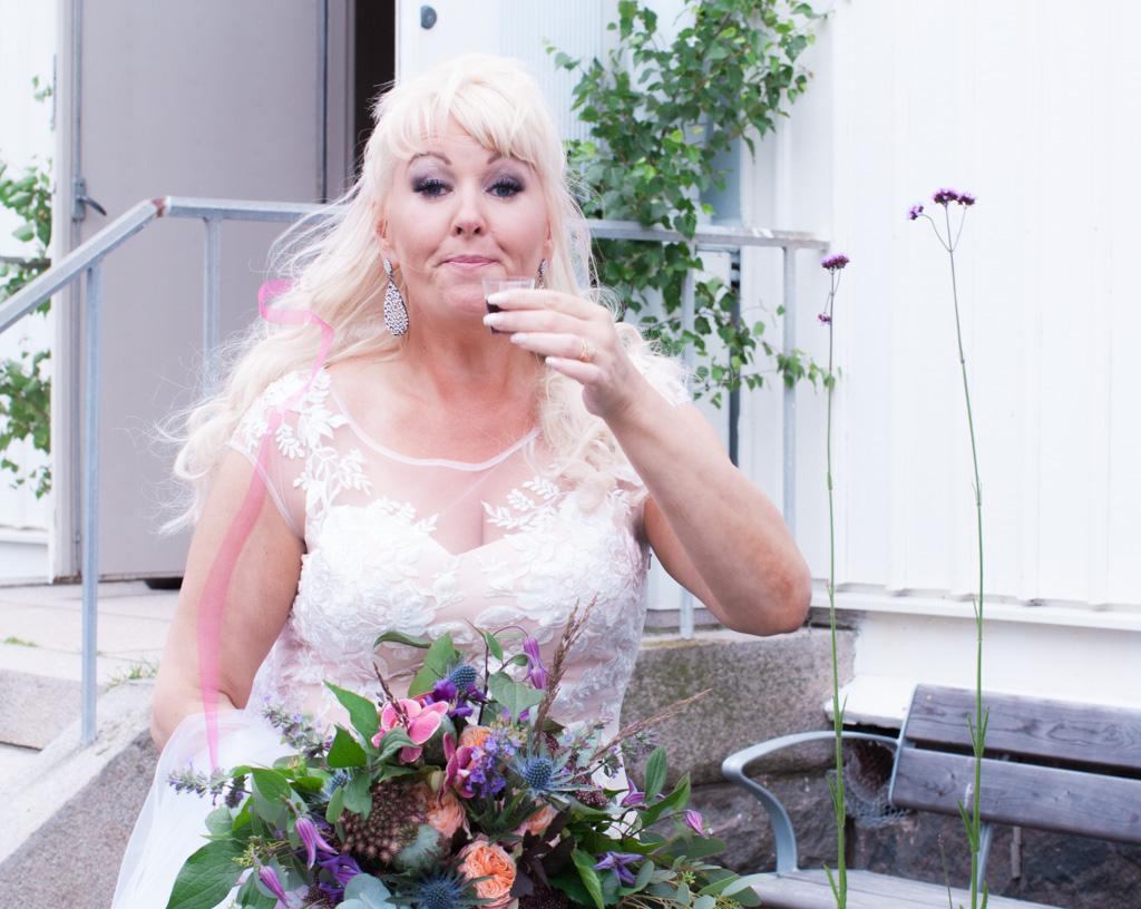 Ett sommarbröllop vid havet och ett charmigt brudpar!- Bruden får något värmande innanför västen! | www.photobymjse.se