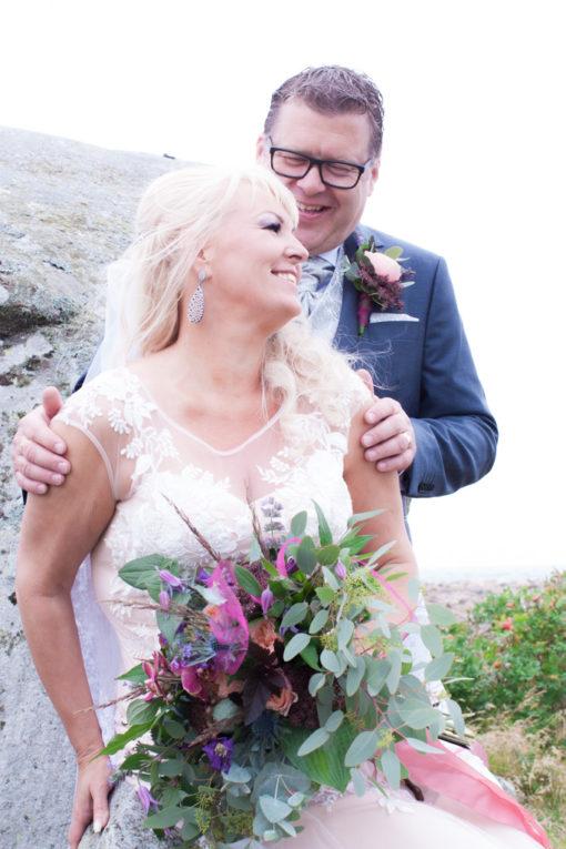 Ett sommarbröllop vid havet och ett charmigt brudpar!- Vackra porträtt brudparet! | www.photobymjse.se