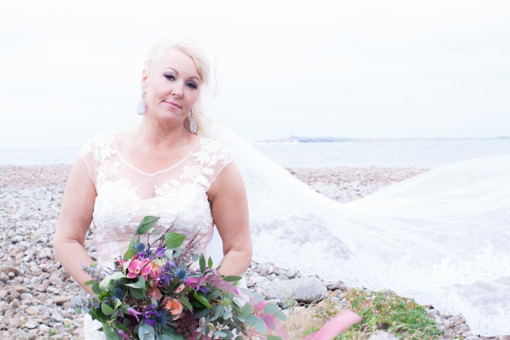Ett sommarbröllop vid havet och ett charmigt brudpar!- Porträtt bruden! | www.photobymjse.se