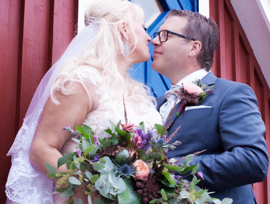 Ett sommarbröllop vid havet och ett charmigt brudpar!- Portätt av brudparet! | www.photobymj.se