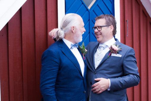 Ett sommarbröllop vid havet och ett charmigt brudpar!- Brudgummen med Best man! | www.photobymj.se