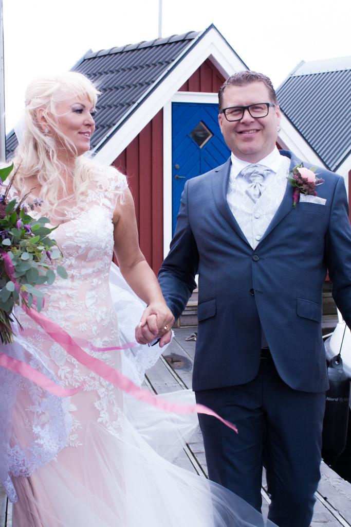 Ett sommarbröllop vid havet och ett charmigt brudpar!- Porträtt av brud och brudgum! | www.photobymj.se