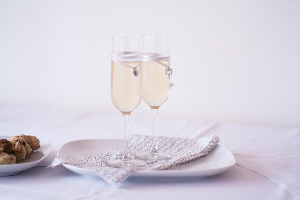 Ett sommarbröllop vid havet och ett charmigt brudpar!- Personliga glas vid brudskålen! | www.photobymjse.se