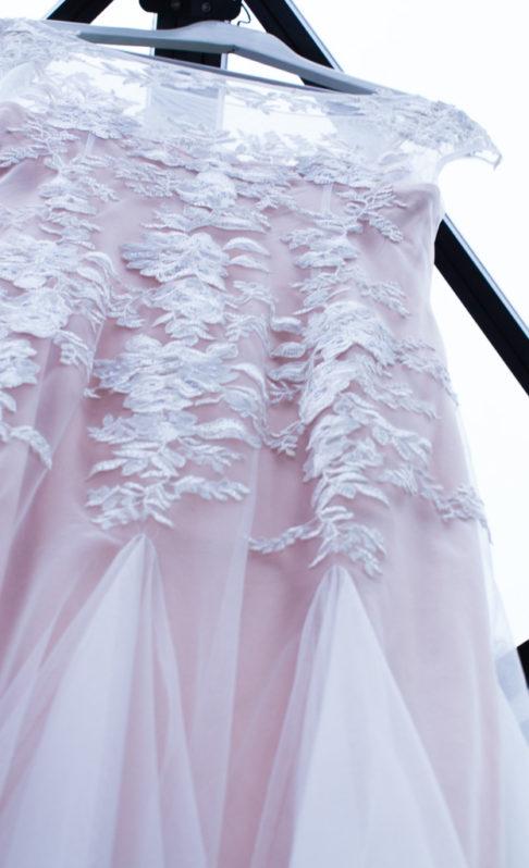Ett charmigt brudpar och ett sommarbröllop vid havet- Förberedelser brudklänningen! | www.photobymjse.se