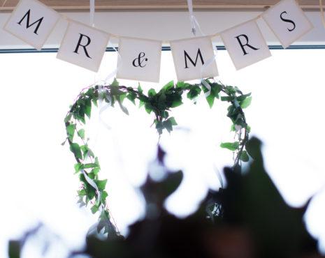 Ett sommarbröllop vid havet och ett charmigt brudpar!- Mr and Mrs vid honnören | www.photobymj.se