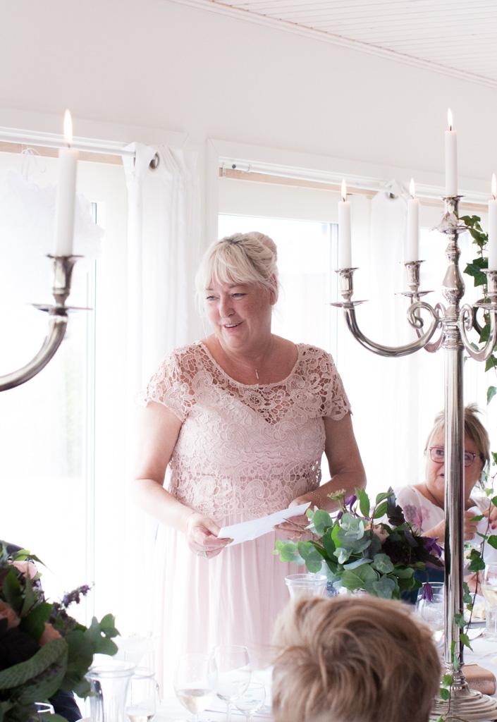 Ett sommarbröllop vid havet och ett charmigt brudpar!- Brudens mor håller tal! | www.photobymj.se