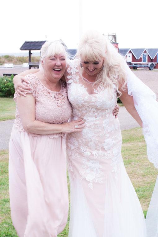 Ett sommarbröllop vid havet och ett charmigt brudpar!- Porträtt av bruden med sin mor! | www.photobymj.se